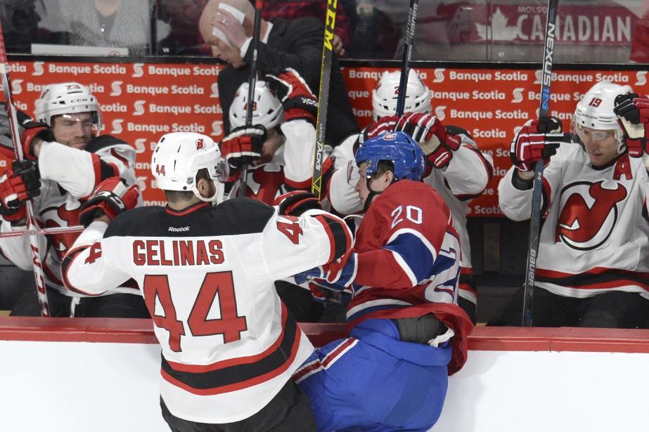 Éric Gelinas met en échec Christian Thomas devant le banc des Devils. (PHOTO BERNARD BRAULT, LA PRESSE)