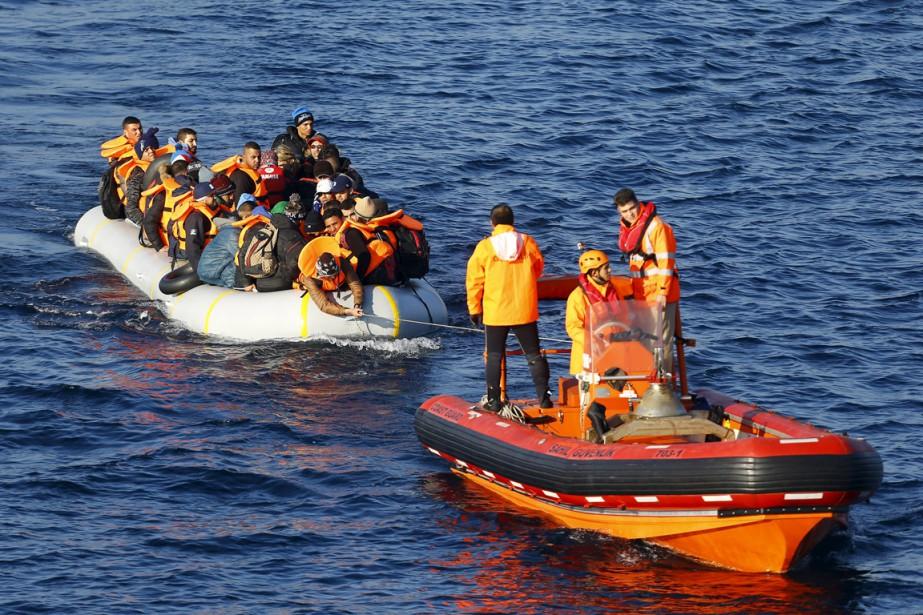 Un bateau des garde-côte turc remorque une embarcation... (Photo Umit Bektas, Reuters)