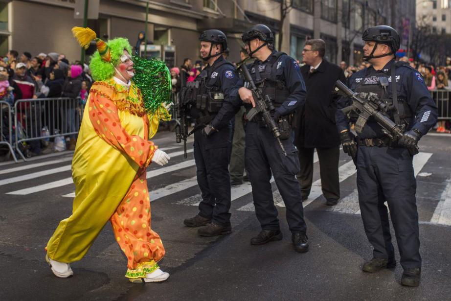 Les policiers armés étaient omniprésents lors de la... (PHOTO ANDRES KUDACKI, AP)