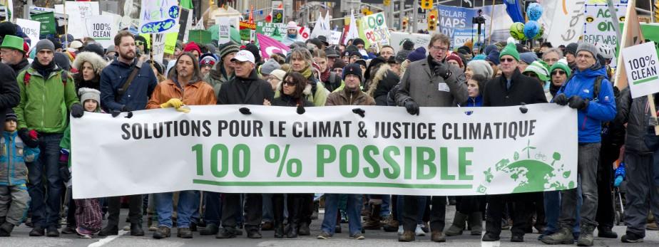 Selon les organisateurs, plus de 25000 personnesont envahi les rues d'Ottawa pour réclamer un accord sur le climat. (Martin Roy, LeDroit)