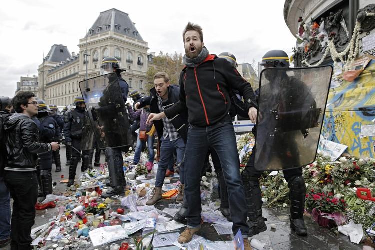 Des incidents ont éclaté place de la République... (PHOTO AP)
