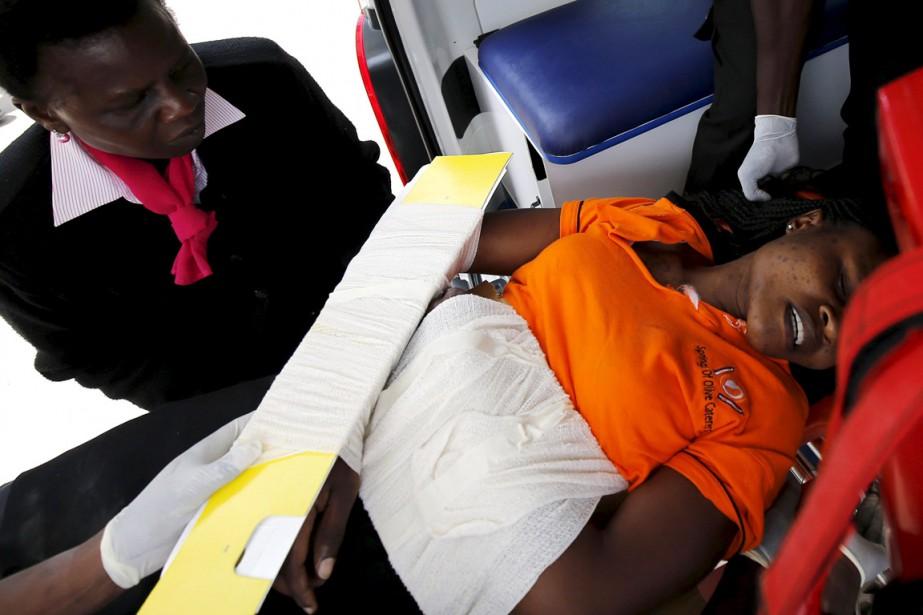 Une femme blessée durant l'exercice ayant mal tourné... (PHOTO THOMAS MUKOYA, REUTERS)