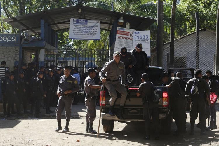 Une vingtaine de policiers ont pénétré dans la... (PHOTO REUTERS)