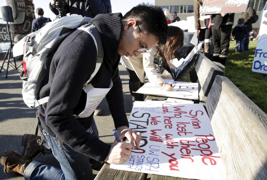Un étudiant de Vancouver montre son appui aux... (PHOTO JASON REDMOND, REUTERS)