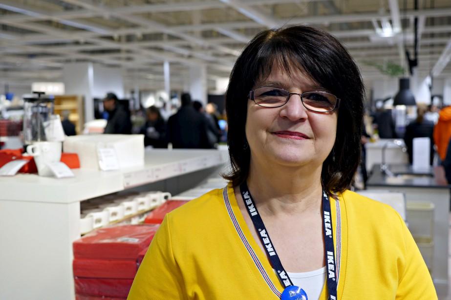 Huguette Noël, ancienne employée du magasin IKEA de Québec fermé en 1996, est de retour sur le plancher. «Je souhaitais ardemment revenir», dit celle qui travaillera dans les ventes et le service aux clients au nouveau centre de cueillette. (Le Soleil, Frédéric Matte)