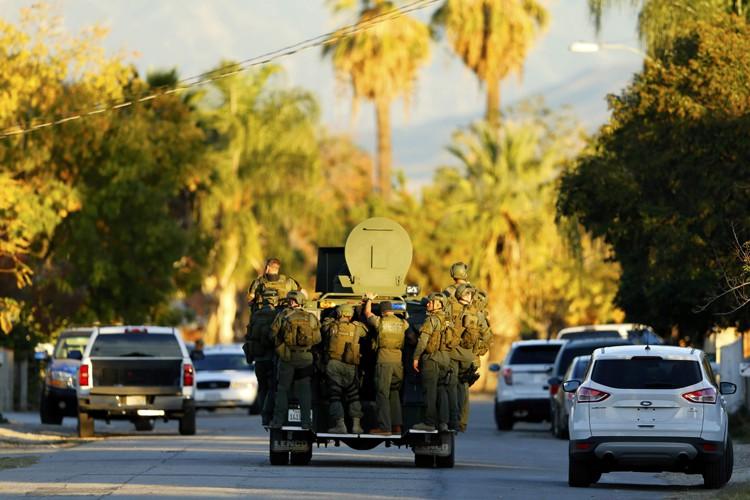 Des centaines de membres de forces de l'ordre ont été déployés, avec le soutien du FBI, à San Bernardino, une ville située environ une heure à l'est de Los Angeles. (PHOTO REUTERS)