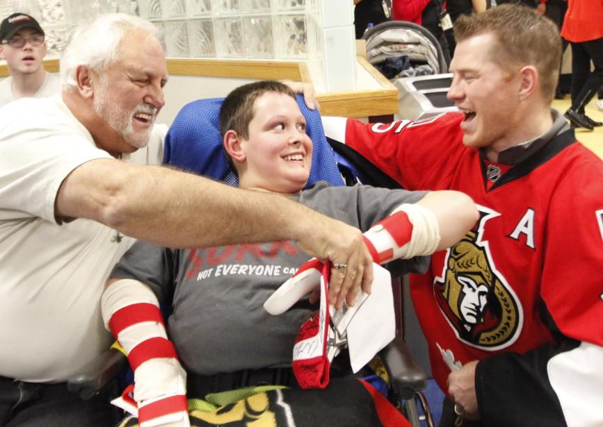 Les joueurs des Sénateurs d'Ottawa sont passés au CHEO, mercredi, pour rencontrer les jeunes patients, signer des autographes et faire plaisir à leurs fans de tous âges. (Simon Séguin-Bertrand, LeDroit)