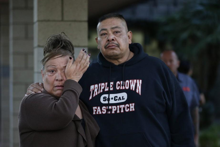 Des gens attendent près du lieu de la fusillade pour avoir des nouvelles de l'un de leurs proches qui était près de là quand le carnage s'est produit. (PHOTO Jae C. Hong, AP)