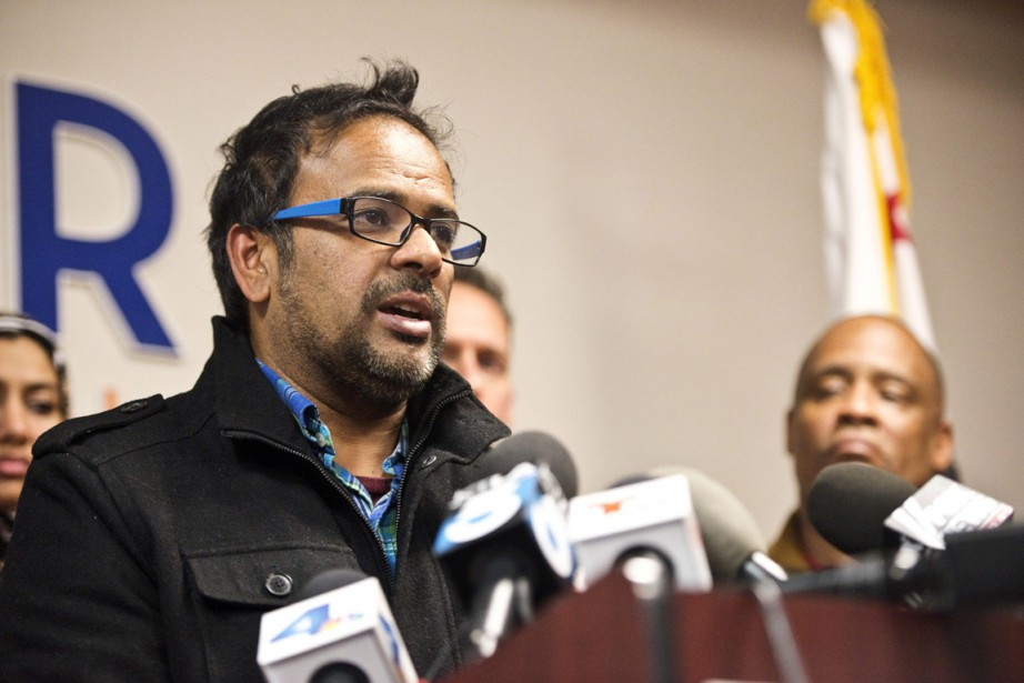Farhan Khan, le beau-frère de l'un des présumés tueurs abattus par la police, s'adresse aux médias pour condamner la tuerie lors d'une conférence de presse à Anaheim, en Californie. (PHOTO Matt Masin, TEH ORANGE COUNTY REGISTER/AP)