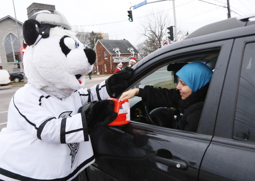 La mascotte des Olympiques de Gatineau, Hully, au coin du boulevard Wilfrid-Lavigne et de la rue Principale, dans le secteur Aylmer. (Simon Séguin-Bertrand, LeDroit)