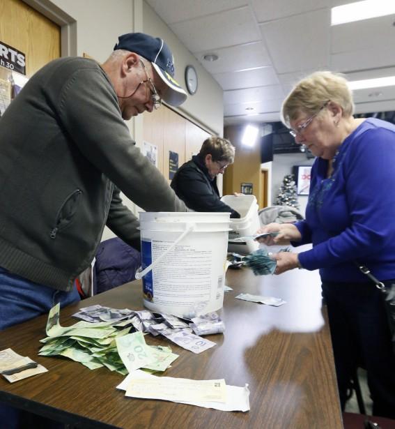 Des bénévoles comptent les sommes ramassées lors de la grande guignolée. (Simon Séguin-Bertrand, LeDroit)