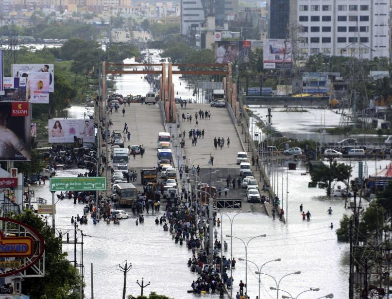 La rivière Adyar, qui traverse Chennai et se jette dans la baie du Bengale, surpassait le niveau jugé dangereux. (AFP)