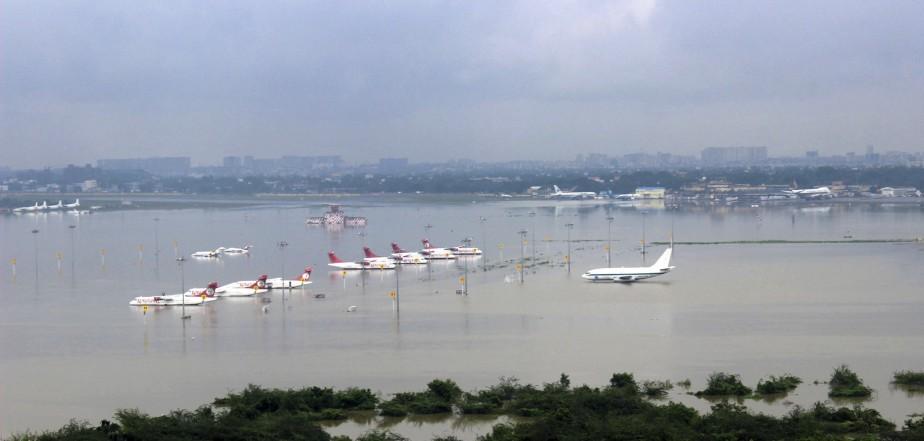 Les quartiers les plus bas et l'aéroport de Chennai ont été presque complètement submergés. (AFP)