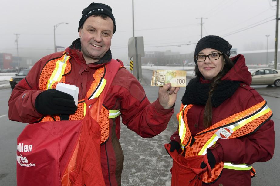 Le journaliste Denis Villeneuve et la représentante Julie Gagnon ont récolté un don plus que généreux à la jonction de la rue des Roitelets et du boulevard Talbot. (Photo Le Quotidien, Jeannot Lévesque)