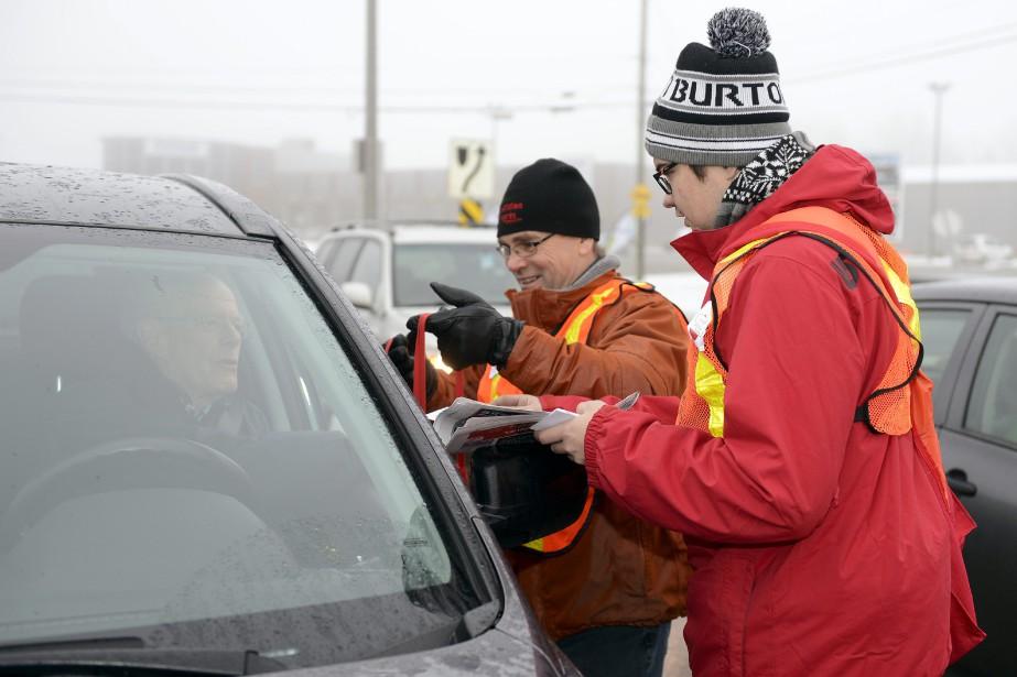 Claude Gagnon et Julien Renaud ont fait équipe pour la collecte. (Photo Le Quotidien, Jeannot Lévesque)