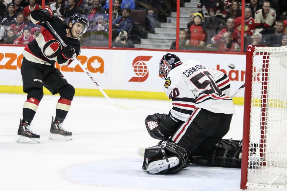 Mike Hoffman déjoue Corey Crawford en prolongation. (Patrick Woodbury, LeDroit)