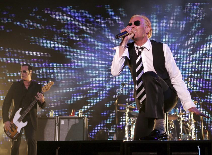 Le chanteur des Stone Temple Pilots lors d'un concert en mai 2008 à Columbus, Ohio, accompagné du bassiste Robert DeLeo. (AP, Paul Vernon)