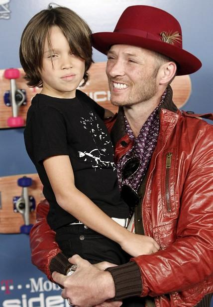 Scott Weiland, en compagnie de son fils Noah, lors de la sortie de son nouvel album<em>Happy in Galoshes</em>, en novembre 2008. (AP, Dan Steinberg)