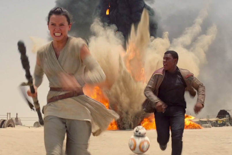 Daisy Ridley et John Boyega dans Star Wars... (PHOTO LUCASFILM)