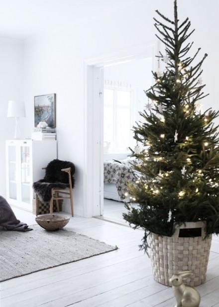 En plus d'assurer la stabilité de l'arbre, le panier en osier s'inscrit bien dans une décoration de Noël aux inspirations scandinaves. (Pinterest)