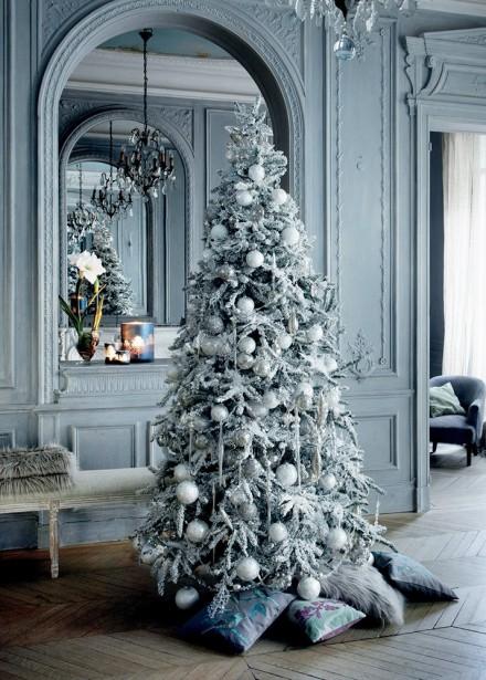 Sortez vos coussins de velours, de fourrure ou d'inspiration tricot pour dissimuler le pied du sapin de Noël. Une décoration esprit nordique qui invite au cocooning. (Pinterest)