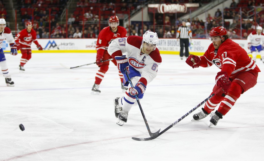 Le défenseur Justin Faulk enlève le disque à Max Pacioretty.  (Photo James Guillory, USA Today)