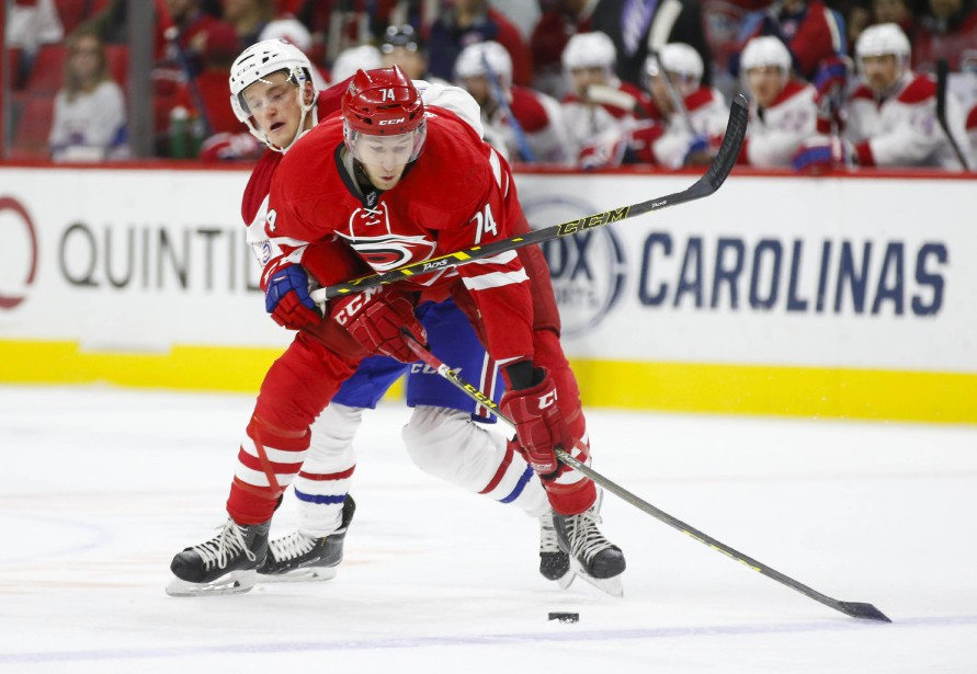 Daniel Carr tente d'enlever la rondelle à Jaccob Slavin.       (Photo James Guillory, USA Today)