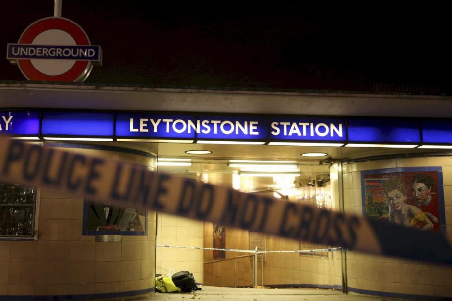 Un homme a blessé au couteau deux personnes... (PHOTO NEIL HALL, REUTERS)