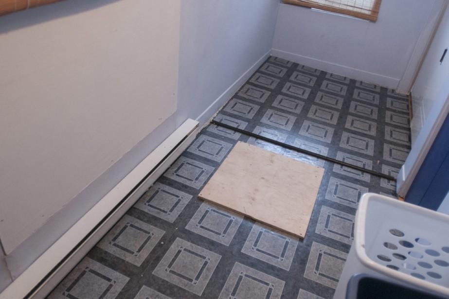 Sur la photo, on peut constater que le plancher s'est affaissé de quelques pouces. (Photo Le Quotidien, Michel Tremblay)