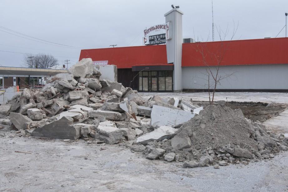 Au cours des derniers jours, l'immeuble qui logeait autrefois les services administratifs de Potvin et Bouchard a été démoli dans le cadre du projet de revitalisation du centre-ville. Les travaux de dynamitage qui auront lieu font craindre le pire à Yves Dorval, qui habite le 3879 rue Saint-Jean.<br /><br /> (Photo Le Quotidien, Michel Tremblay)