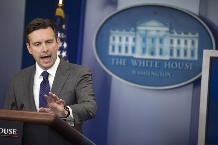 Le porte-parole de la Maison-Blanche, Josh Earnest,a lancé... (PHOTO AP)