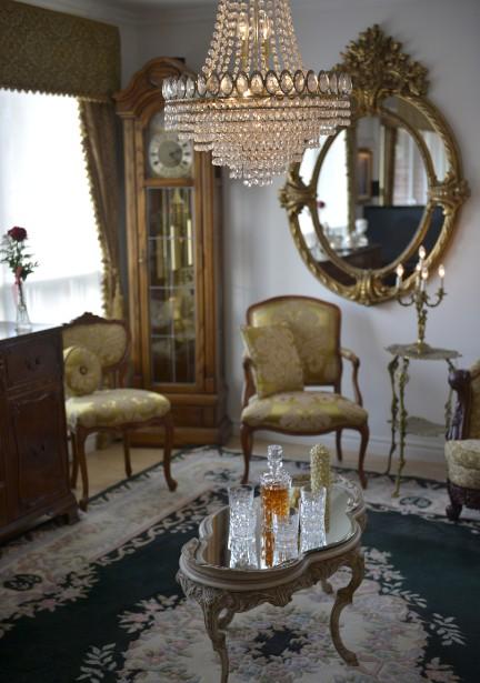 L'horloge de parquet, les rideaux de velours, les chaises recouvertes de tissus somptueux et les objets en cuivre composent un décor digne de l'émission britannique <em>Downton Abbey</em>. (Le Soleil, Yan Doublet)