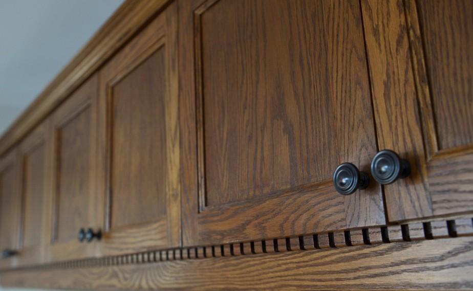 Les armoires de chêne arborent une belle veinure. La moulure dentelée est une gueule-de-loup, mentionne Andrée. (Le Soleil, Yan Doublet)