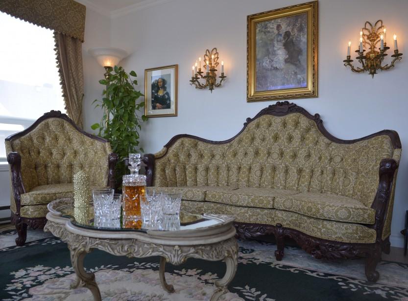 Le canapé et le fauteuil de style Louis XVI ont été restaurés par l'artisane Lise Lessard qui y a consacré plusieurs mois. (Le Soleil, Yan Doublet)
