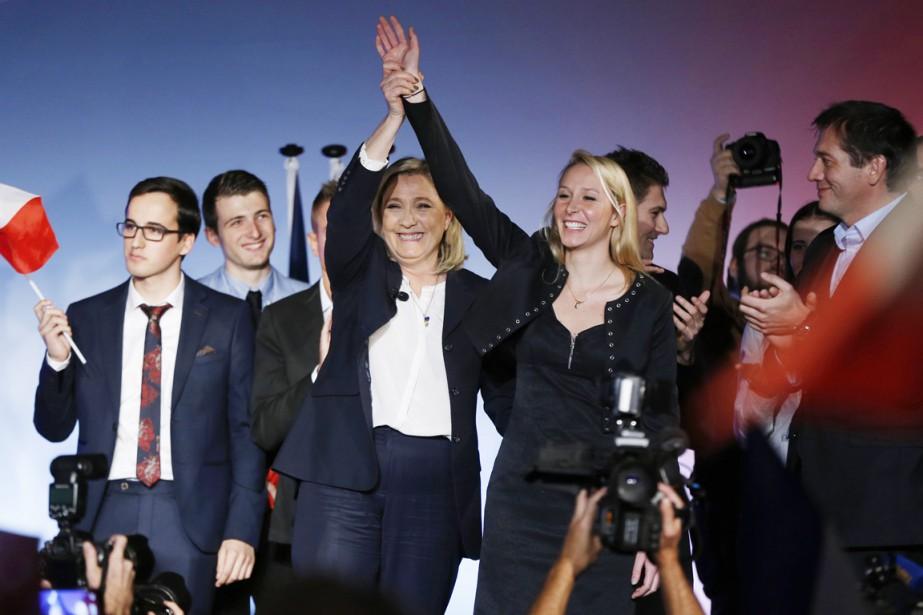 Marine Le Pen et sa nièce Marion saluent... (PHOTO VALERY HACHE, AFP)