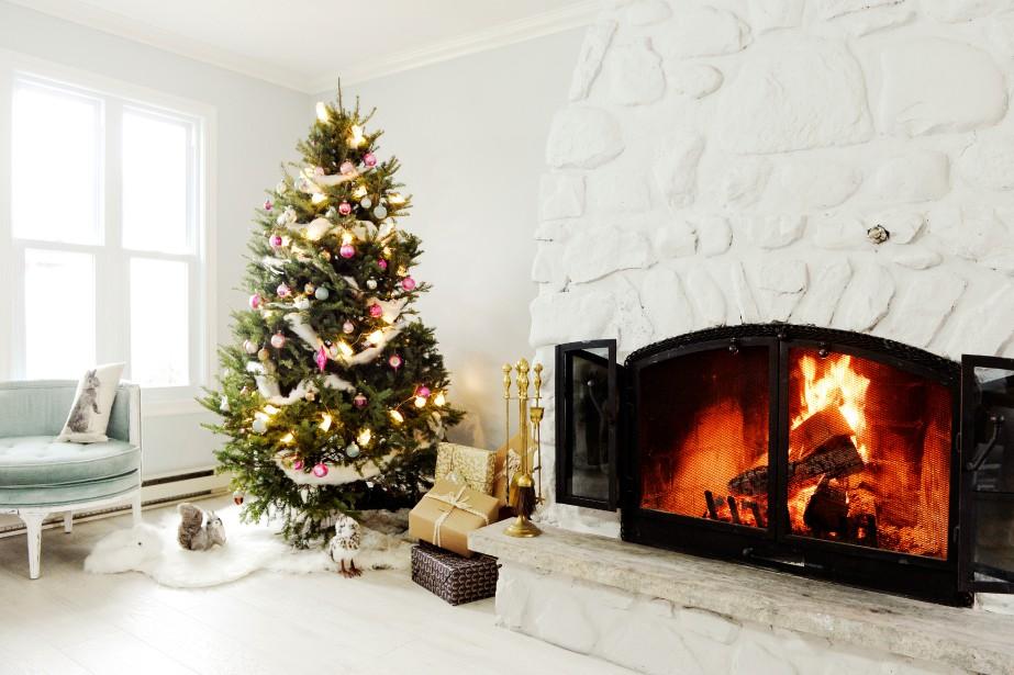 Le sapin naturel décoré de boules de Noël... (PHOTO BERNARD BRAULT, LA PRESSE)