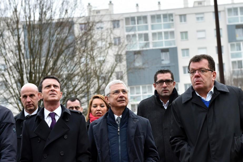 Le socialiste Claude Bartolone (au centre) visite -... (PHOTO LOIC VENANCE, AFP)