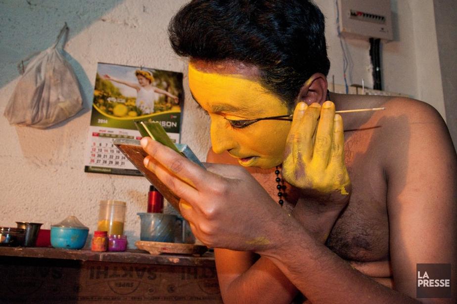 Un homme se prépare pour donner un spectacle... (PHOTO MARIE-SOLEIL DESAUTELS, LA PRESSE)