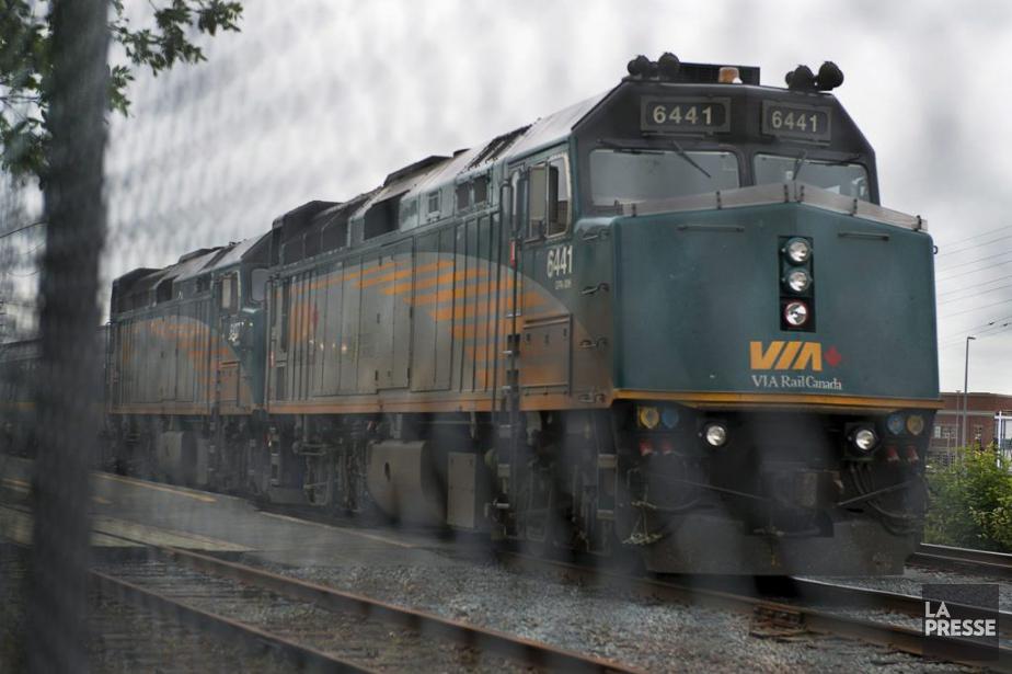 Un train de VIA Rail assurant la liaison... (PHOTO ARCHIVES LA PRESSE CANADIENNE)