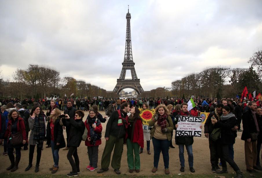 Des activistes se sont également regroupés au Champ-de-Mars, tout près de la Tour Eiffel. (AP, Thibault Camus)