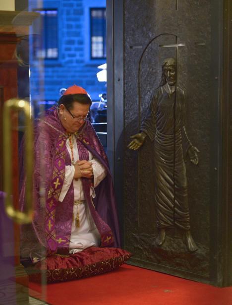 L'ouverture de la porte sainte célébrée par le cardinal Gérald Cyprien Lacroix (Photo Le Soleil, Yan Doublet)