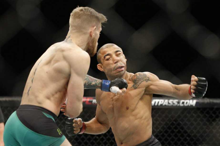 Conor McGregor assène une gauche à Jose Aldo.... (PHOTO JOHN LOCHER, AP)