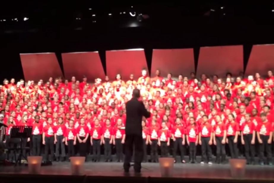 Une chanson en arabe interprétée par une chorale... (Image tirée de la vidéo)