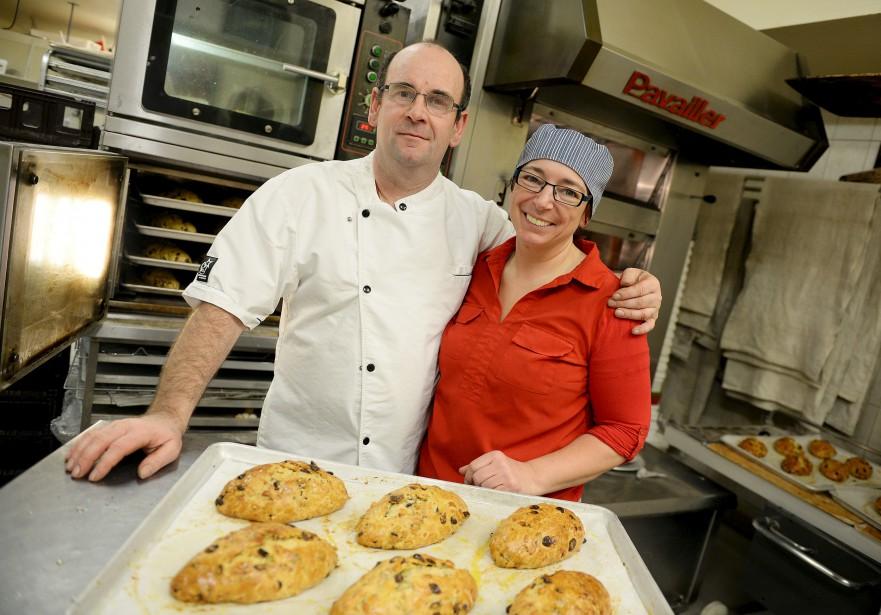 Patrice Soulabaille et sa femme Christa, propriétaires de la pâtisserie-boulangerie Le Croquembouche, lors de la confection de leur dernière fournée de stollens. (Le Soleil, Erick Labbé)