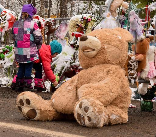 Les gens de la région rendent hommage à Cédrika en déposant peluches et fleurs près de la scène où se déroule les recherches. (Le Nouvelliste)