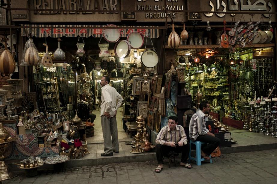 Des vendeurs attendent les clients dans le marché... (Photo Tomas Munita, archives The New York Times)