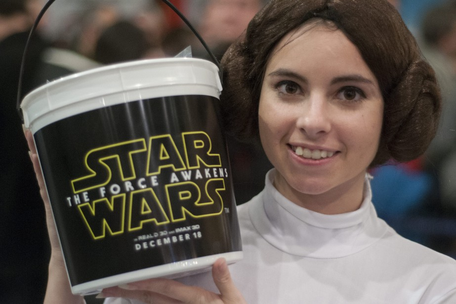 <em>Star Wars: Le Réveil de la force</em> a attiré de nombreux fans jeudi soir, lors de la première au Cinéma Odyssée de Chicoutimi. Même cette employée du cinéma Odyssée à Chicoutimi a enfilé ses plus beaux habits de princessse Leia. (Photo Le Quotidien, Michel Tremblay)