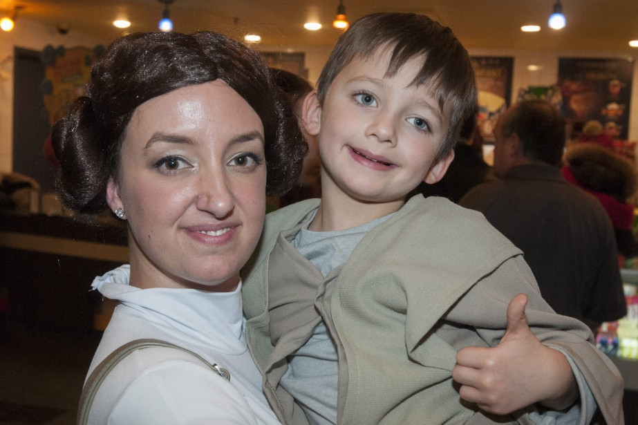Cette jeune mère de famille déguisée en princesse Leia a fait découvrir presque tous les films de Star Wars à son garçon de six ans, transformé en padawan (apprenti Jedi). (Photo Le Quotidien, Michel Tremblay)