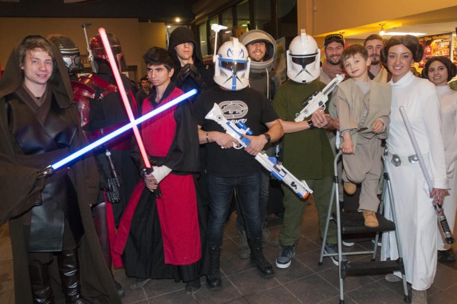 Une quinzaine de passionnés ont assisté à la première représentation saguenéenne de <em>Star Wars: Le Réveil de la force</em> costumés en personnages de la saga, alors que plusieurs autres arboraient des vêtements promotionnels des films cultes. (Photo Le Quotidien, Michel Tremblay)