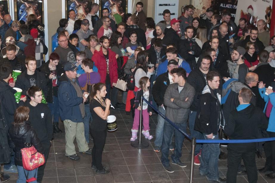 <em>Star Wars: Le Réveil de la force</em> a attiré de nombreux fans jeudi soir, lors de la première au Cinéma Odyssée de Chicoutimi. (Photo Le Quotidien, Michel Tremblay)